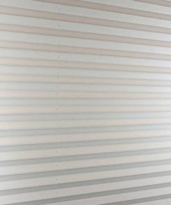 Het plissè gordijn grijs wanneer deze uitgevouwen is