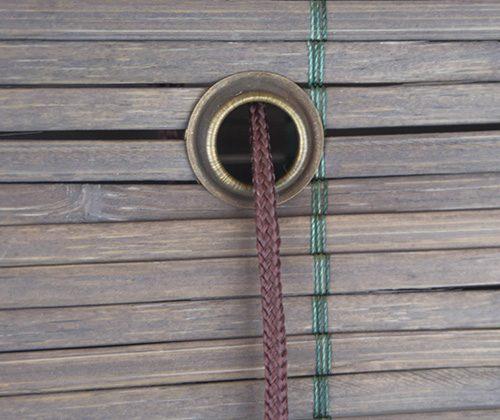 Bamboe vouwgordijn donkerbruin detailfoto van ring en touw