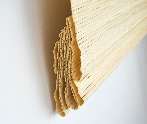 Opgevouwen natuur bamboe vouwgordijn zijkant