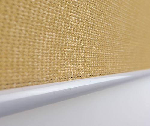 Detailfoto van het buitenrolgordijn zand